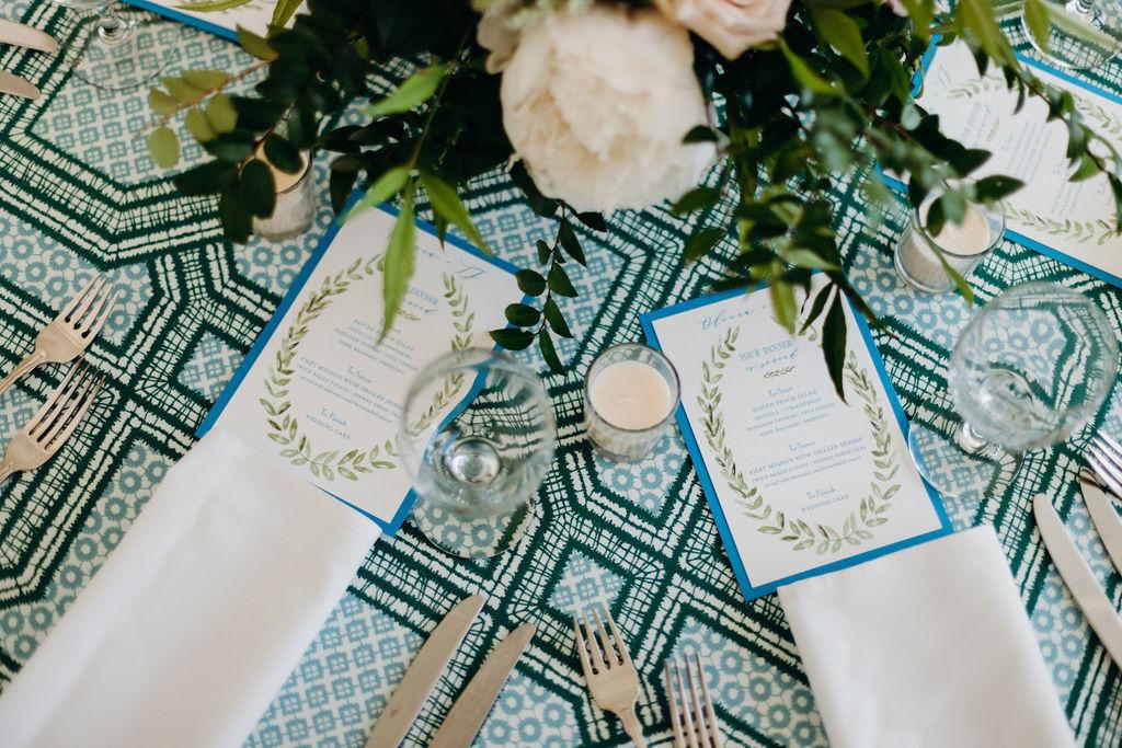 Tendance des couleurs audacieuses en motif bleu et vert sur le paysage de table