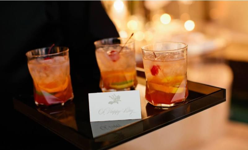 les cocktails artisanaux sont une tendance de mariage pour 2020