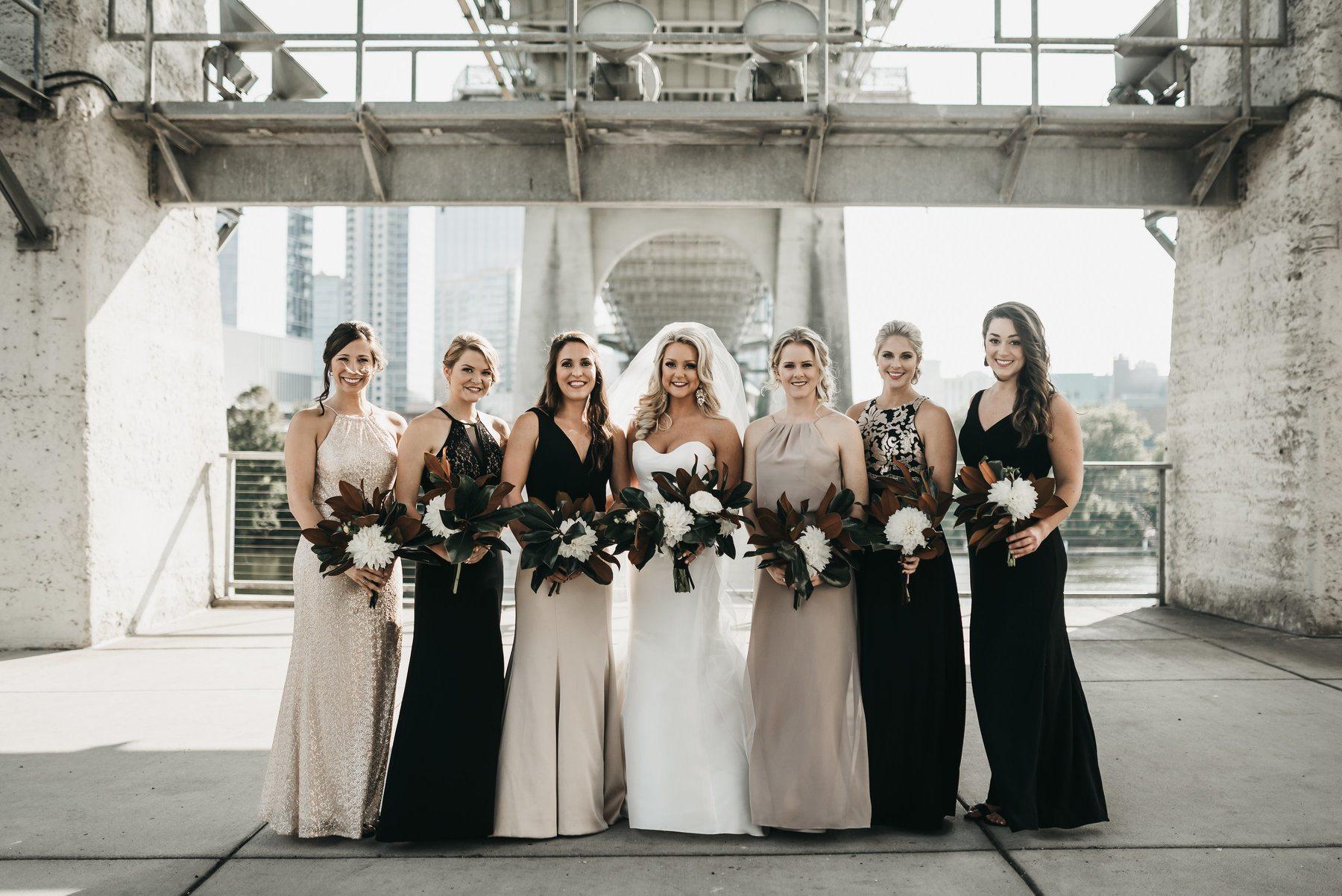 fête nuptiale en robes de demoiselle d'honneur scintillantes