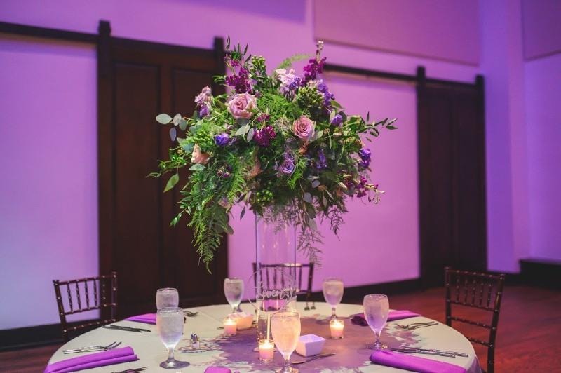 Tendance de mariage aux couleurs vives pour 2020 - décoration et éclairage violets