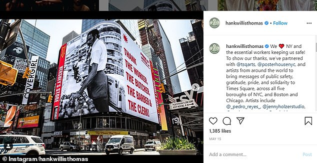 L'artiste conceptuel a écrit: `` Pour montrer nos remerciements, nous avons établi un partenariat avec @tsqarts, @posterhousenyc et des artistes du monde entier pour transmettre des messages de sécurité publique, de gratitude, de fierté et de solidarité à Times Square, dans les cinq arrondissements de New York. et Boston et Chicago »(photo)