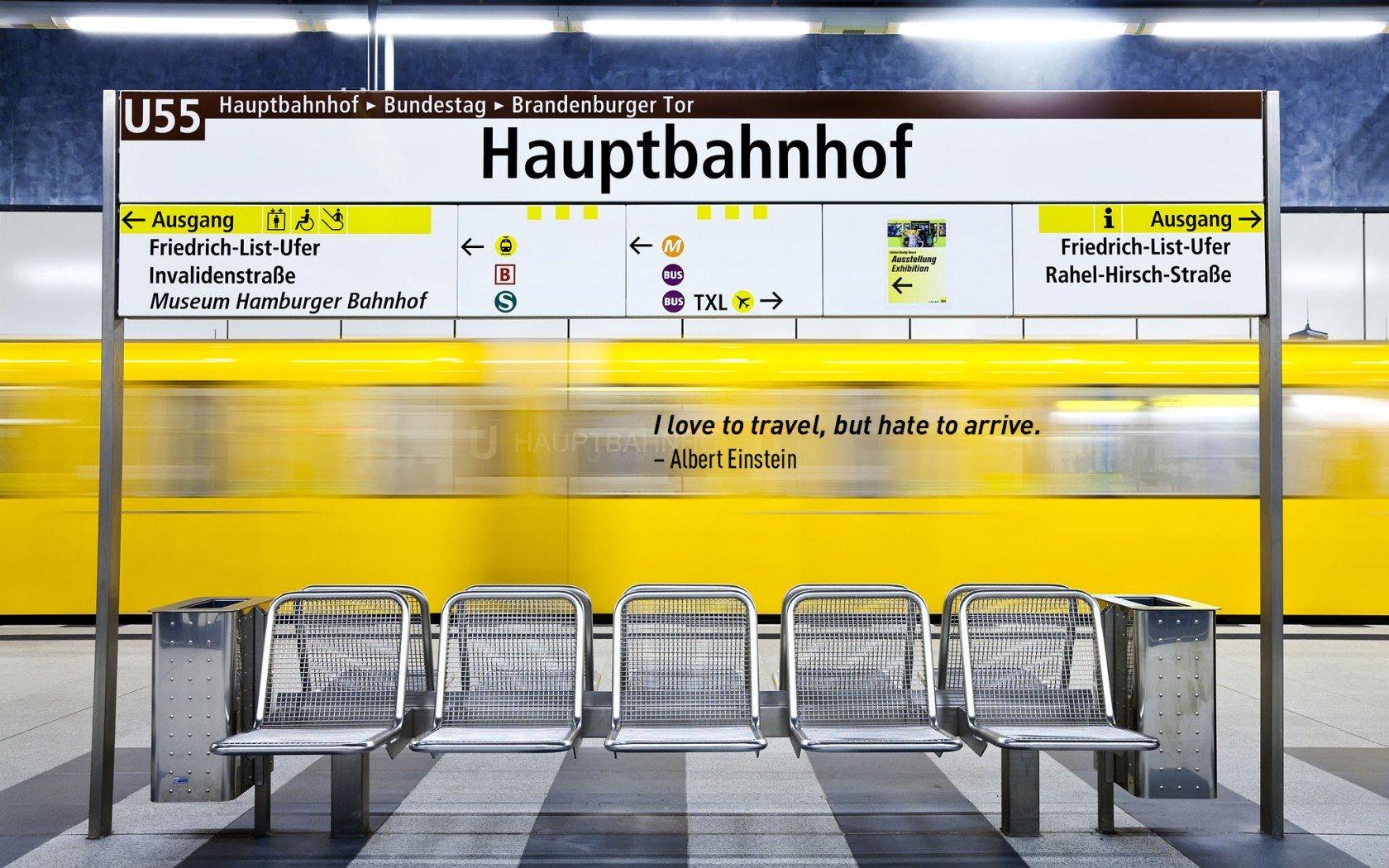 Albert Einstein célèbre citation de voyage. Train de métro jaune vif à Berlin, Allemagne.