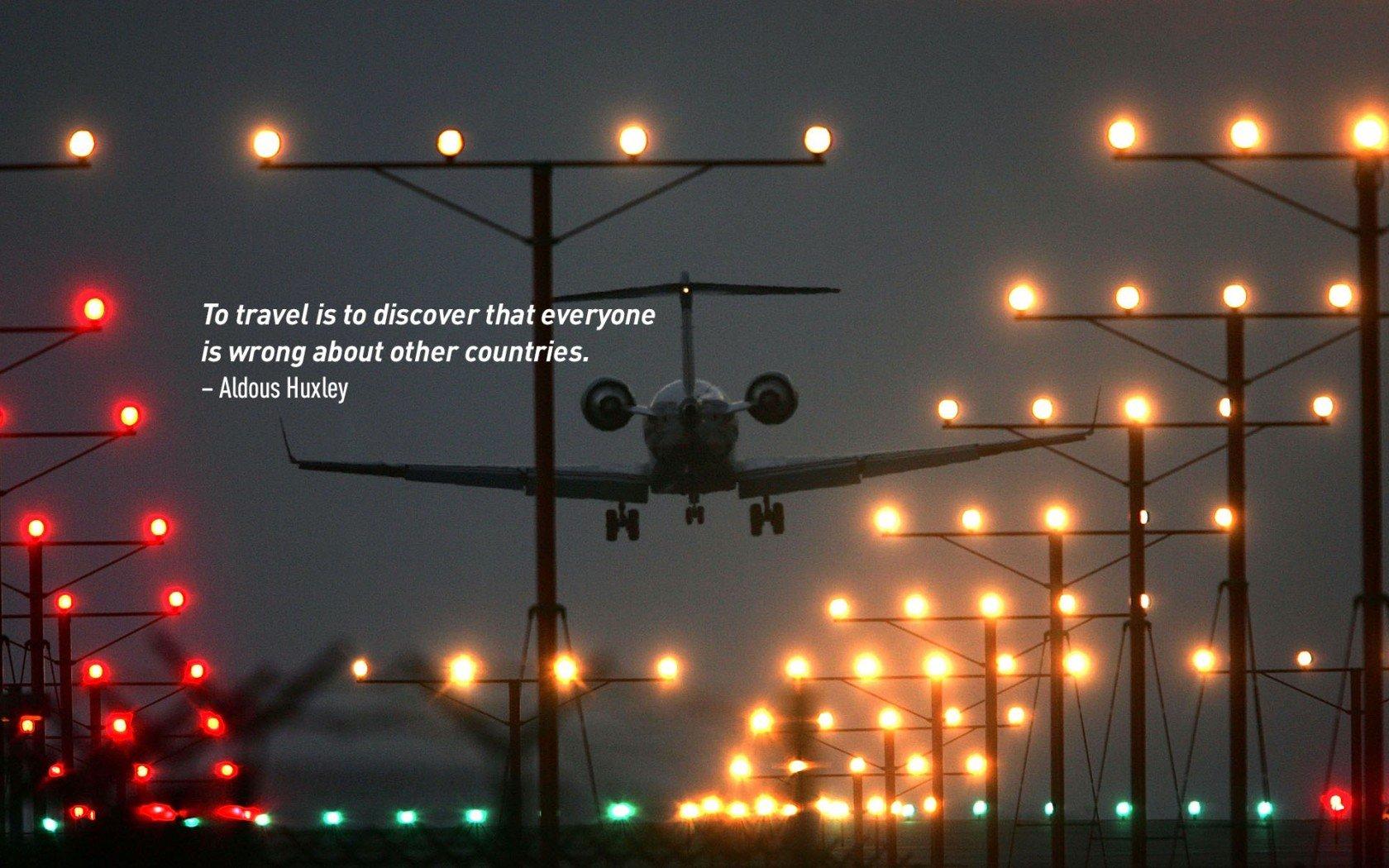 Citation inspirante de voyage par Aldous Huxley. Avion effectuant un atterrissage de nuit.