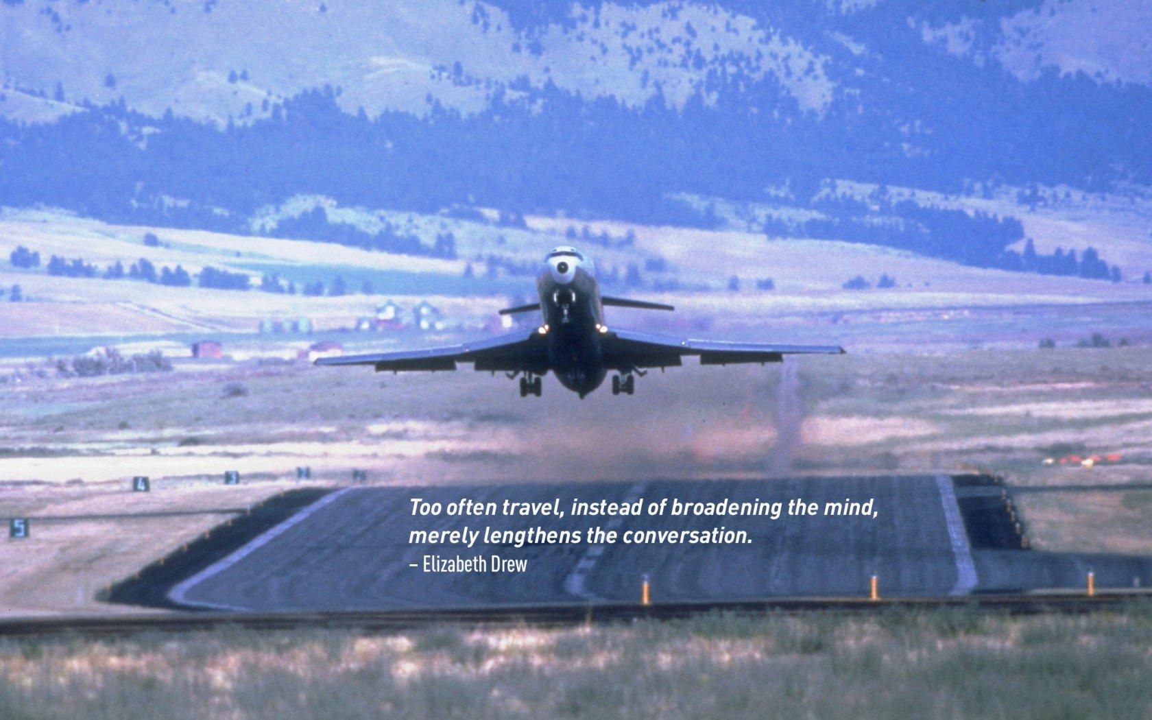 Citation de voyage d'Elizabeth Drew. Un avion au décollage.