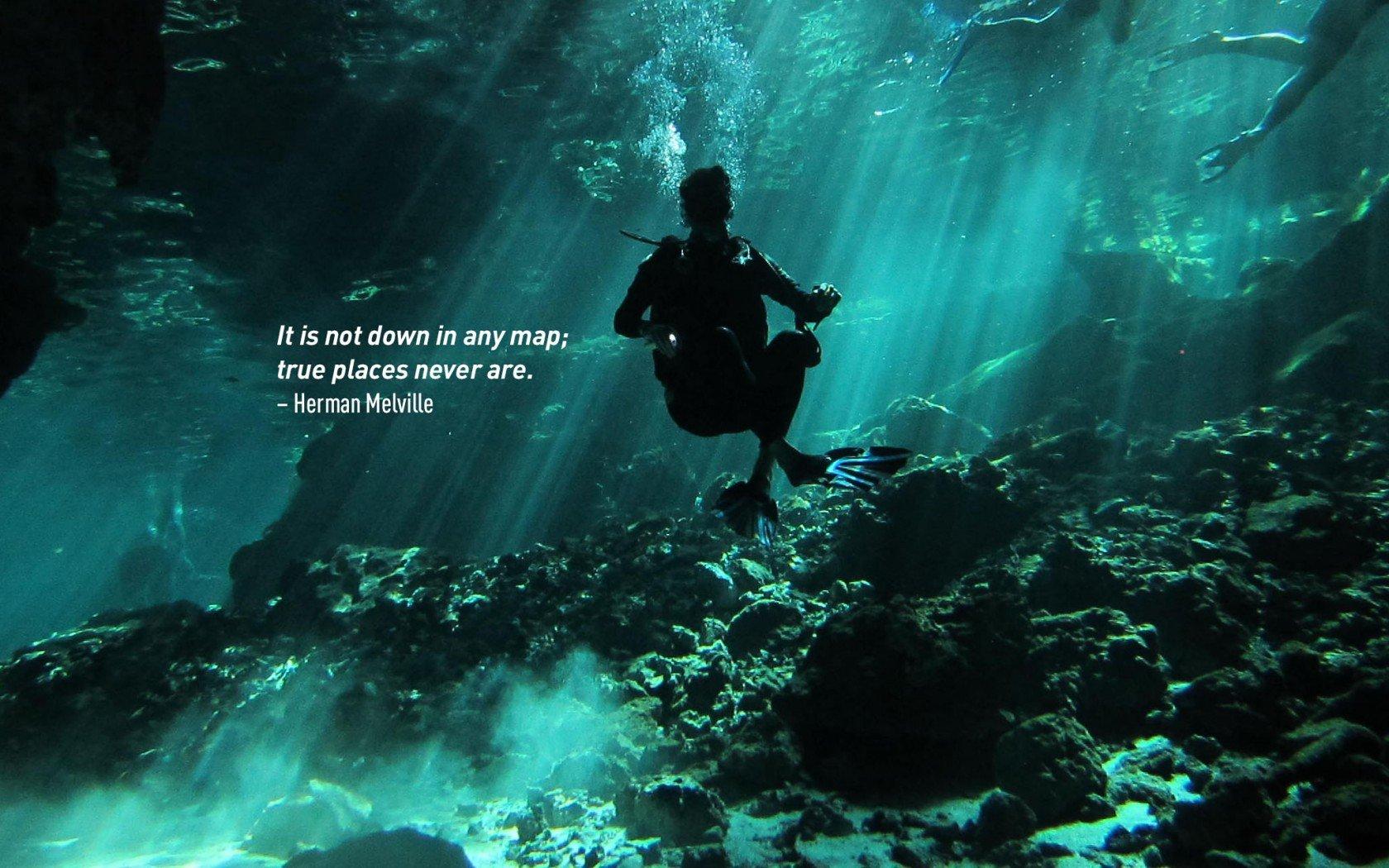Citation inspirante de voyage par Herman Melville. Les plongeurs explorant la mer profonde.
