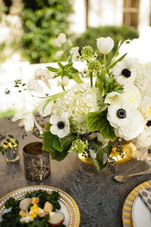 Fleurs blanches et vertes dans un vase en or