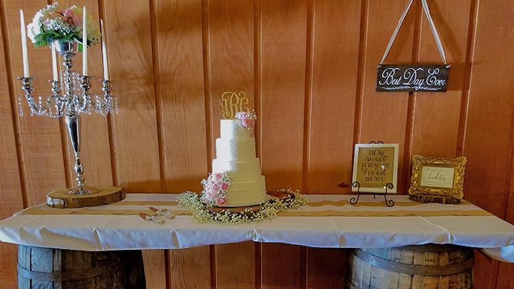 De gâteau de mariage champêtre et gâteau de mariage champêtre | Guide de la mariée: 6 idées de thèmes de mariage champêtre vintage dès le ranch! | Ranch de la rivière Westgate