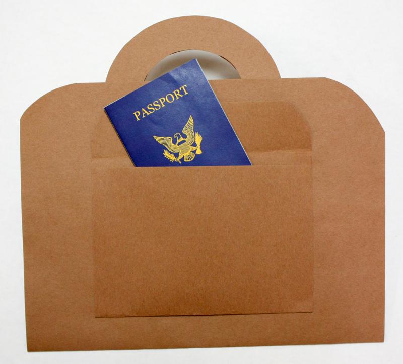 Craft valise marron avec passeport simulé fermé