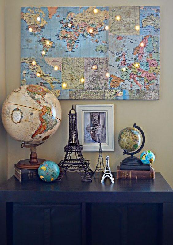 collage de carte avec des lumières qui indiquent les destinations du voyage