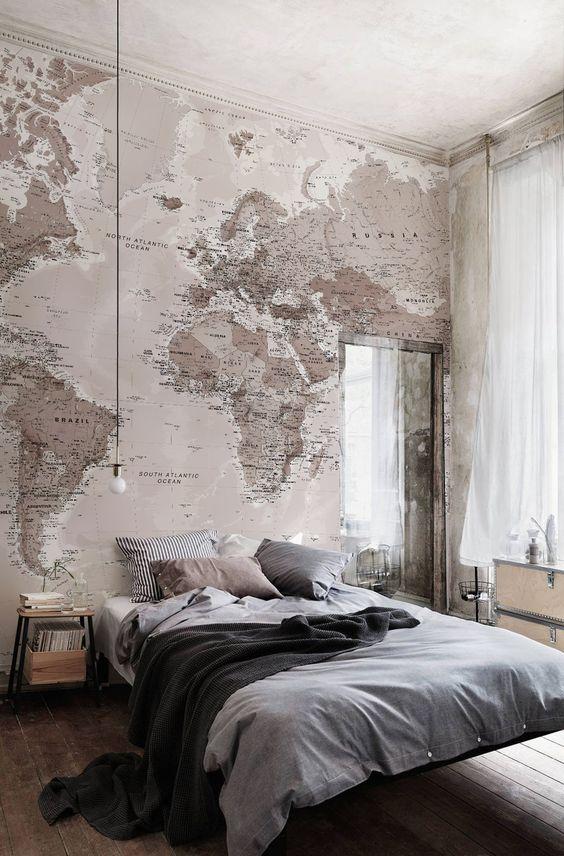 conception de chambre à coucher industrielle avec un mur de tête de lit recouvert d'une carte du monde