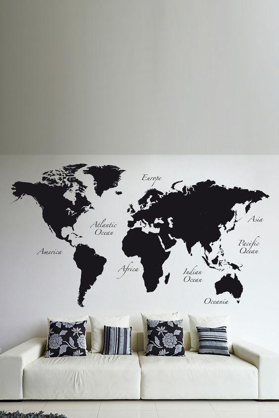 salon minimaliste noir et blanc avec décalcomanies murales carte du monde noir