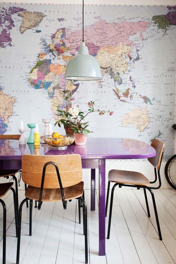 audacieuse salle à manger éclectique avec un mpa du monde comme décoration de déclaration