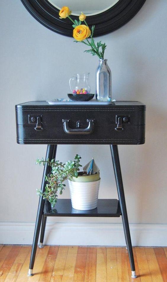 valise vintage transformée en table console pour une entrée qui a l'air cool