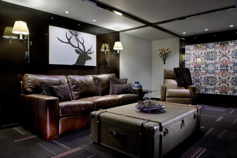une table basse de valise vintage est un excellent moyen d'apporter une ambiance de voyage dans un salon (Pavilack Design)