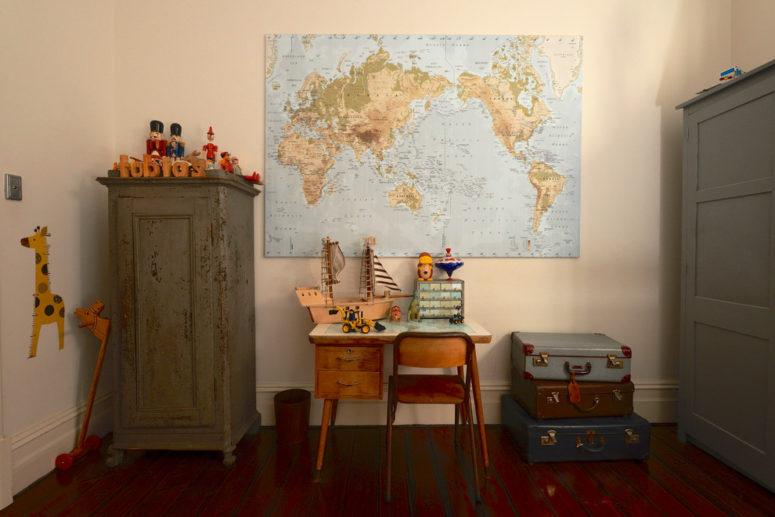 Voilà comment vous pourriez basculer à la fois, une pile de valises vintage et une carte du monde dans une chambre d'enfant (Jeni Lee)