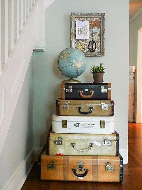 les valises vintage empilées dans votre entrée peuvent être non seulement une source d'inspiration mais aussi un rangement créatif