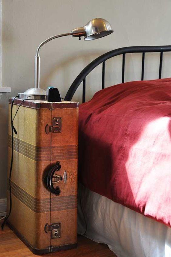 réutiliser une vieille valise dans votre table de chevet et la basculer pour le stockage
