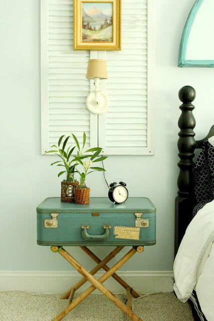 une valise vintage peut devenir une excellente table de chevet dans votre chambre
