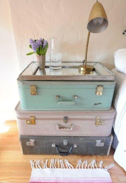 vieilles valises empilées les unes sur les autres et un miroir sur le dessus pour une table de chevet unique