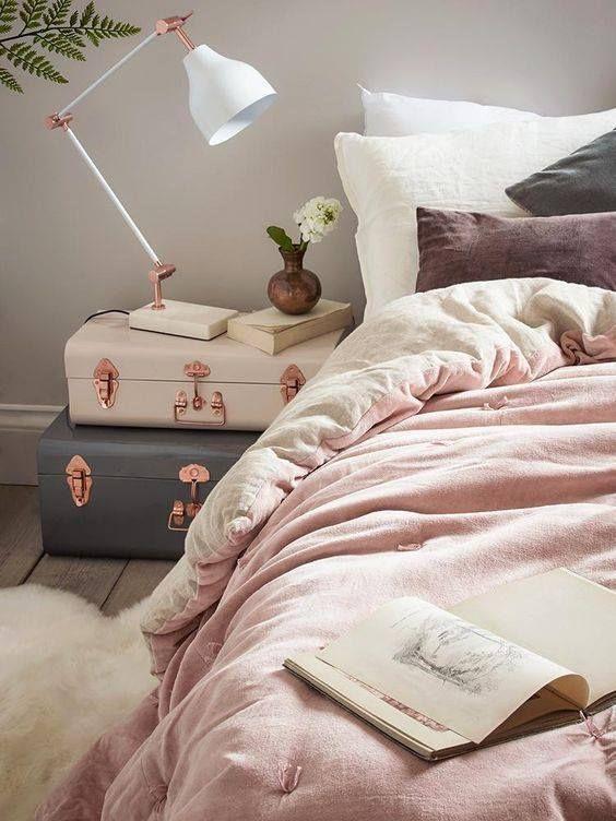 chambre féminine avec deux valises empilées pour une table de chevet, elles ont l'air si rêveuses et inspirantes