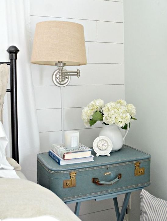 décor de chambre champêtre avec une table de chevet valise vintage