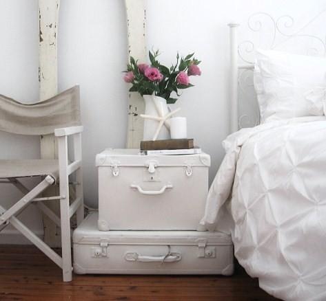 des valises vintage peintes pourraient être utilisées comme table de chevet dans une chambre d'inspiration plage (sususu)