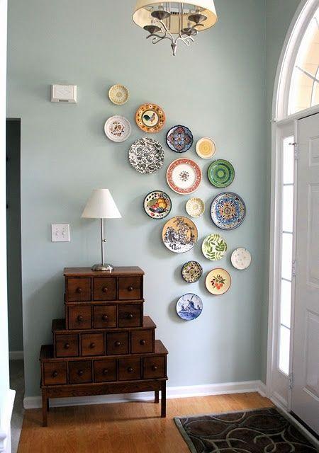 faire un art mural d'assiettes décoratives que vous avez apportées de divers pays