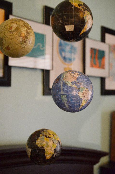 accrocher des globes dans votre chambre d'enfant comme un mobile pour enfants - c'est une idée très inspirante