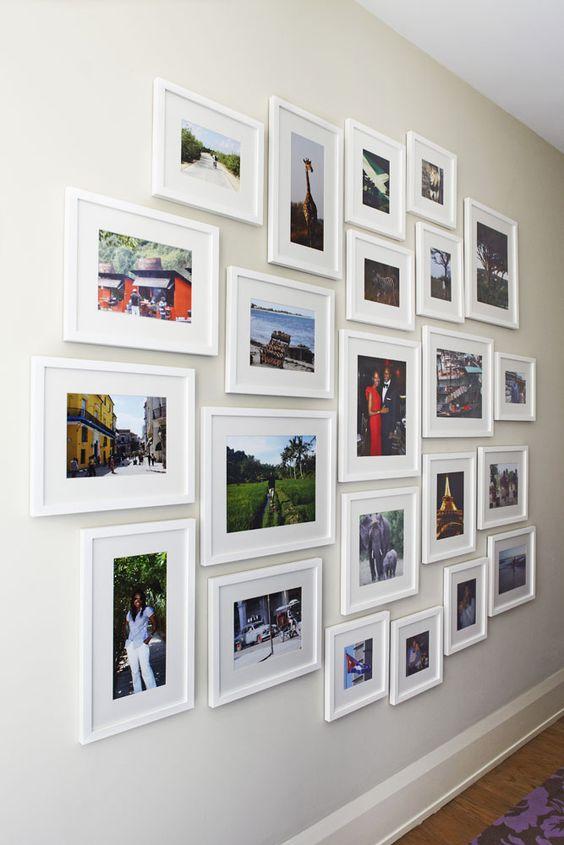 mur de galerie parfaitement agencé avec des photos de différentes tailles
