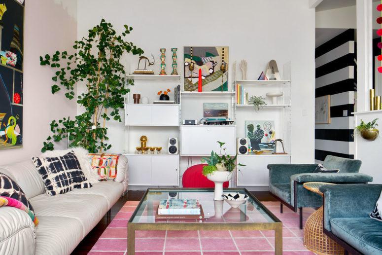 les étagères ouvertes sont une solution parfaite pour afficher tout ce que vous apportez de vos voyages (Alison Damonte Design)